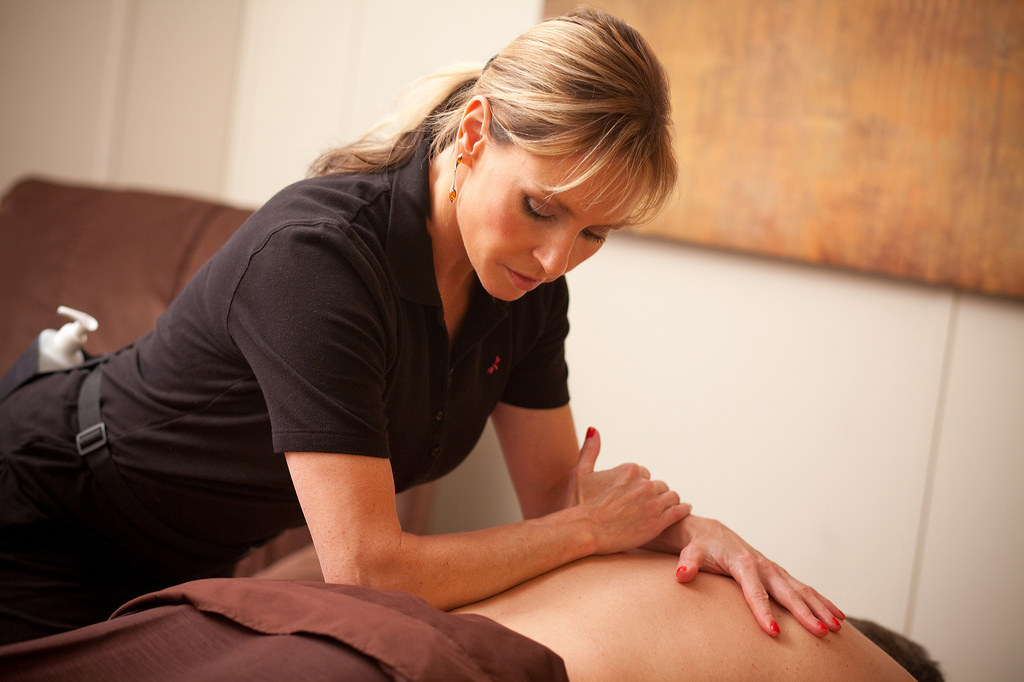 Benefits Massage Therapists Provide Weight Lifters
