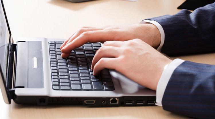 munich-re-reinsurance-laptop-tipping-hands-952x416